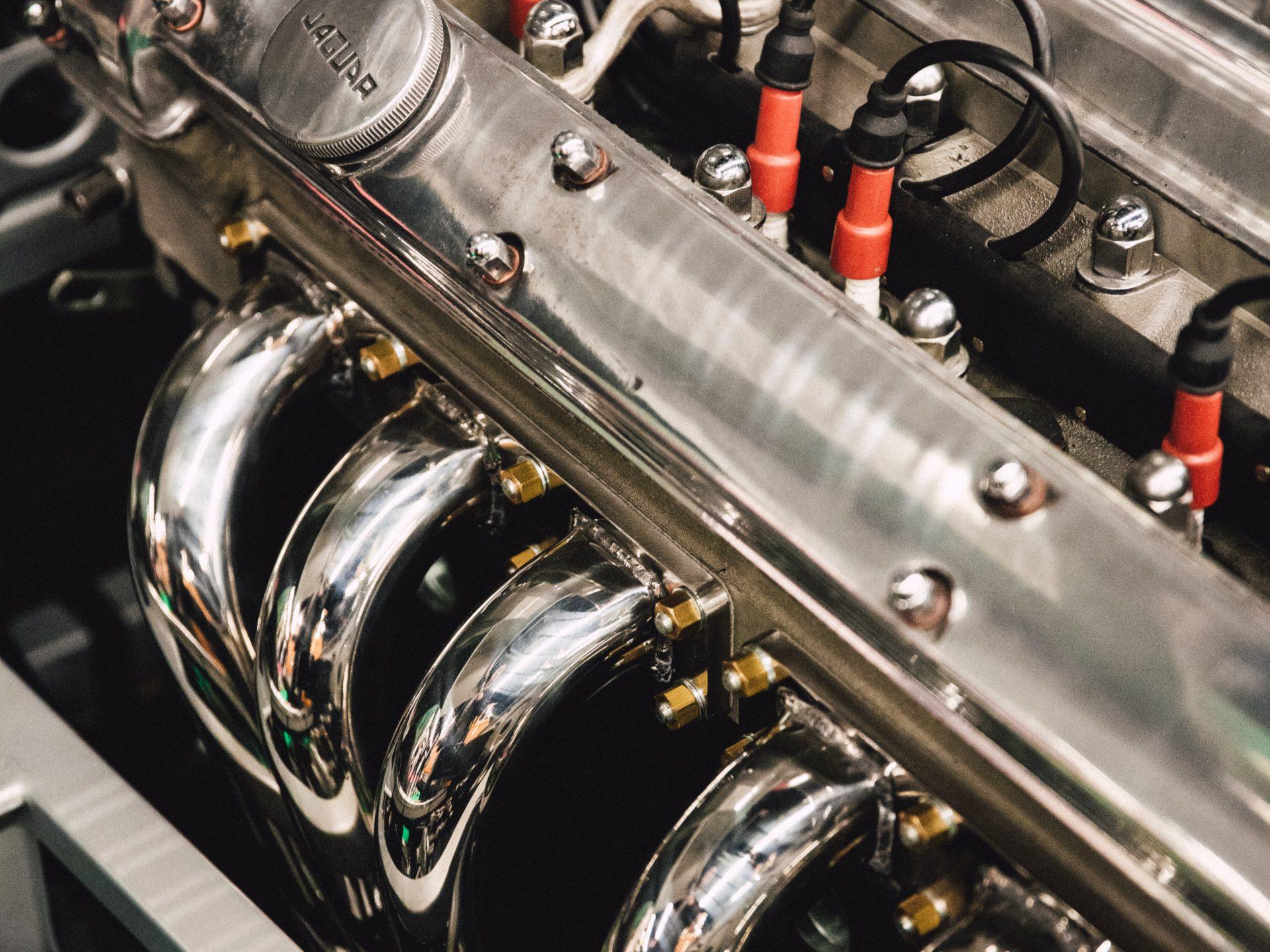 Працівник продукції на виробництво автомобільних двигунів